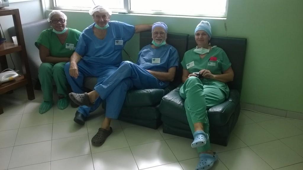 De gauche à droite : Fatima Monteiro (Présidente AFCVF), Dr. Philipe Manoli (Chirurgien), Dr. Gilles Parmentier (Anesthésiste) et Caroline Gauthier (Infirmière)